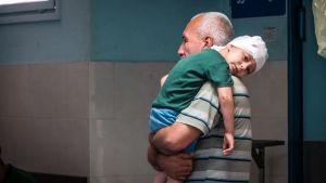 Gazan kaistaleen sairaanhoidon romahdus koskettaa kaikkia. Suurin osa Gazan asukkaista ovat riippuvaisia humanitaarisesta avusta, eikä heillä ole varaa ostaa lääkkeitä.
