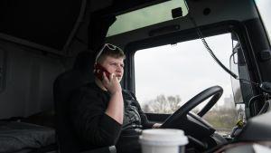 Sylwia Wedrich puhuu puhelimessa ja istuu kuorma-autossaan.