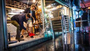 Ravintolan lattiaa puhdistetaan vedestä Lausannessa.