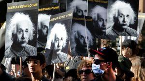 Einstein mielenosoittajien esikuvana Kansainvälisenä pakolaispäivänä. Los Angeles 18.12.2016.
