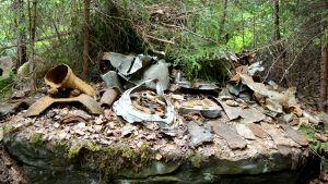 Rantasalmelta löytyneitä neuvostoliittolaisen pommikoneen osia ja muuta jäämistöä.