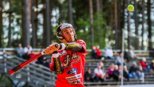 Pesäpalloilija Lauri Kivinen lyöntivuorossa.