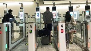 Kulkuportteja Heathrow'n lentokentällä.