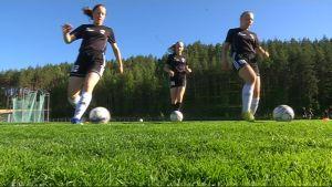 KJP:n tytöt pelaavat jalkapalloa harjoituksissa