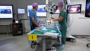 Erikoistuva lääkäri Mirva Nätynki harjoittelee selkäsimulaattorilla Itä-Suomen mikrokirurgiakeskuksessa