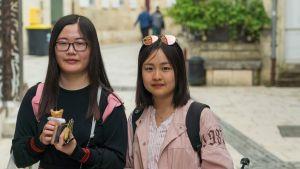 Kaksi kiinalaista nuorta naista.