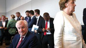 Sisäministeri Horst Seehofer ja liittokansleri Angela Merkel Berliinissä 12.06.2018.
