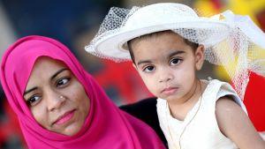 Saudi-Arabian Riadissa nainen oli pukenut tyttärensä uusiin juhlavaatteisiin.
