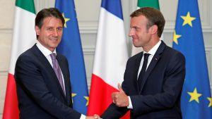 Italian pääministeri Giuseppe Conte (vas.)  ja Ranskan presidentti Emmanuel Macron ovat päässeet sopuun maahanmuuttoa koskevassa kiistassa.
