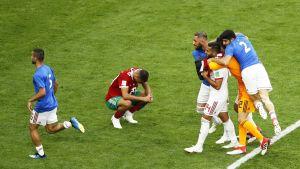 Iranin pelaajat juhlivat voittoa.