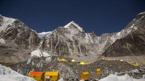 Telttoja Everest-vuoren edustalla.