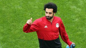 Mohamed Salah näyttää peukkua Egyptin verkkareissa.