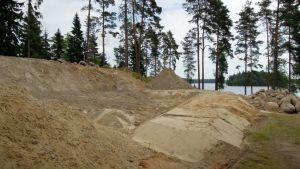 Omakotitalotyömaa Vihtijärven rannalla.