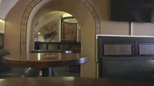 Gif-animaatio tuopista, joka häviää pöydältä.