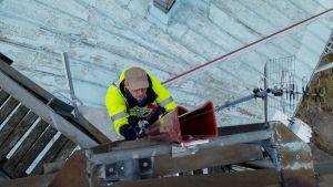 Meteorologi Mikael Frisk kiipeää Orrengrundin luotsiaseman katolle.