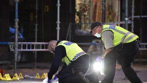 Malmön poliisi teki maanantaina rikosteknistä tutkintaa Drottningsgatanilla, missä ammuskelu tapahtui.