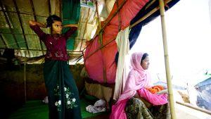 Rohingya-pakolaisia teltassaan Bangladeshissa.