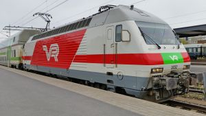 Juna Oulun rautatieasemalla.