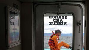 Indonesian etsintä- ja pelastusjärjestön mies etsi lauttaonnettomuuden uhreja tiistaina.