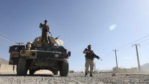Afganistanin armeijan sotilaat vartioivat tarkastuspisteellä tulitauon toisena päivänä pääkaupungin Kabulin lähistöllä.