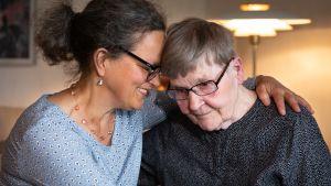 Marjatta Simelius (oik.) ja sairaalamuusikko Anna Brummer halaavat.