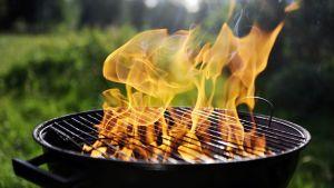 Tulenlieskoja nousee grillistä.