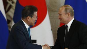 Etelä-Korean presidentti Moon Jae-in ja Venäjän presidentti Vladimir Putin kättelevät.