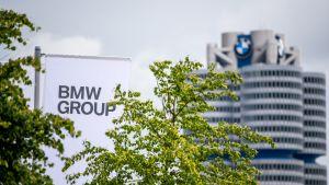 BMW-konsernin pääkonttori Saksassa, etualalla puita
