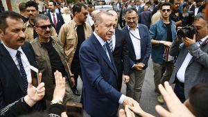 Recep Tayyip Erdoğan tervehtii kannattajiaan kadulla Istanbulissa 24. kesäkuuta.