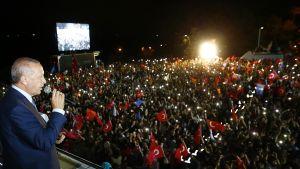 Recep Tayyip Erdoğan puhuu kannattajilleen.