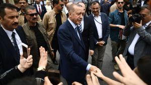 Recep Tayyip Erdoğan kannattajiensa keskellä lähtiessään äänestyspaikalta Istanbulissa 24. kesäkuuta.