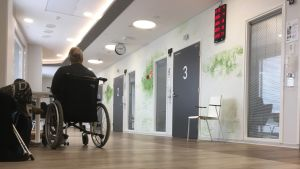 Mies istuu pyörätuolissa Etelä-Karjalan keskussairaalan uudessa päivystyksessä.