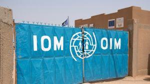 Kansainvälisen siirtolaisjärjestön IOM:n siirtolaisten vastaanottokeskuksen portti Agadezissa Nigerissä.