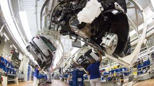 Volkswageneita kootaan Wolfsburgin tehtaalla Saksassa.