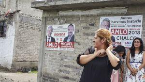 Marisol Vázquez Ramos äitinsä talon edustalla. San Juan Tezompan kylässä lähes jokaisen talon seinällä roikkuu Andrés Manuel López Obradorin kannatuksesta kertova mainos.