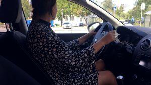 Nainen auton ratissa.