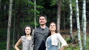 Pianisti Nazig Azezian, sellisti Jussi Makkonen ja laulaja Karoliina Kantelinen esiintyvät Monola-juhlaviikolla.