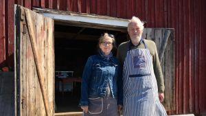 Marja Mikkola ja Seppo Eriksson kalasavustamon edessä.