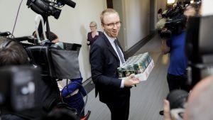 Sinisten eduskuntaryhmän puheenjohtaja Simon Elo sinisten eduskuntaryhmän kokouksen jälkeen Helsingissä 26. kesäkuuta.
