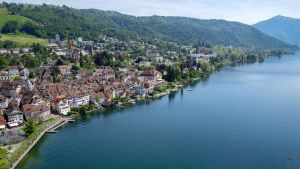 Näkymä Zugin kylään Zugersee järven rannalla.