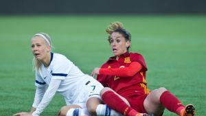 Adelina Engman (vas.) ja Espanjan Olga Garcia MM-karsintaottelussa.