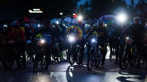 Pyöräilijöiden valot syttyvät lähdössä.