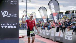 Eteläafrikkalainen voittaja Matt Trautman saapuu maaliin puolimatkan Ironman 70.3 -triathlonissa Lahdessa 30. kesäkuuta 2018.