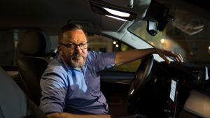 Iiro Parviaisen mukaan taksialan huippumiehillä on pelisilmää: he tietävät, milloin mitäkin tapahtuu ja milloin ihmiset lähtevät liikkeelle. Tai milloin mummot heräävät, kuten hän itse kuvaa. Omaa palveluaan pitää osata myös myydä.
