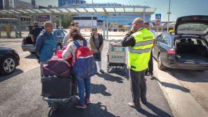 Taksitarkastaja Toni Oksman töissään Helsinki-Vantaan lentoasemalla.