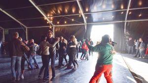 Ihmisiä tanssii Iskelmä-festivaalilla.