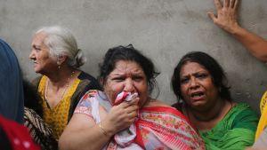 Järkyttyneet sukulaiset ja naapurit kerääntyivät suremaan kylällä hyvin tunnettua perhettä.