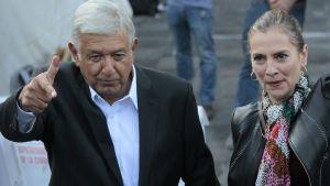 Lopez Obrador kuvattuna vaimonsa Beatriz Gutierrez Muellerin kanssa heinäkuun 1. päivänä 2018.