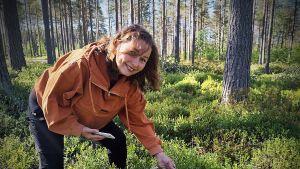 Evijärven 4H-yhdistyksen toiminnanjohtaja Hanna Honkaniemi Evijärvellä sijaitsevalla marjasadon seurantaruudulla.
