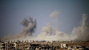 Daraan kaupungista nousee savua Syyrian ilmavoimien pommitusten jälkeen 30. kesäkuuta.